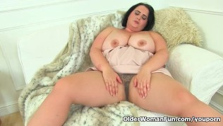 British BBW milf Sarah Jane is toying her fanny