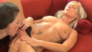 MOM MILFs with natural breasts