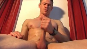A real gym guy gets waked his hard cock by a gay guy in spite of him !