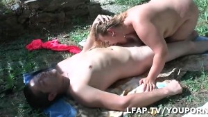 Grosse francaise sodomisee dans le jardin