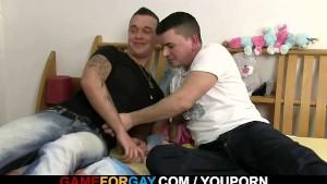 Pizza-boy gets seduced by a gay customer