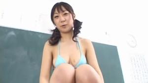 Ryo Akanashi starts posing her hairy pussy