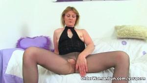 British milf Clare Cream masturbates in nylon tights