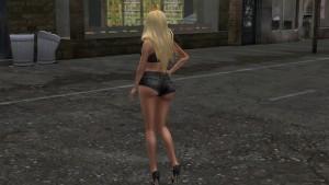 une jolie blonde en mini short en jean