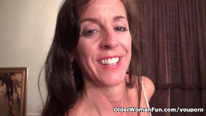 American milf Tricia Thompson is pleasing her hungry pussy