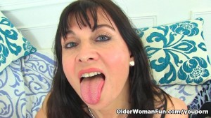 English milf Lelani loves dildoing her fuckable cunt