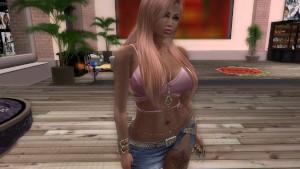 Une jolie blonde en mini jupe en jean