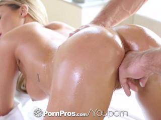 Blondínka si erotickú masáž užíva