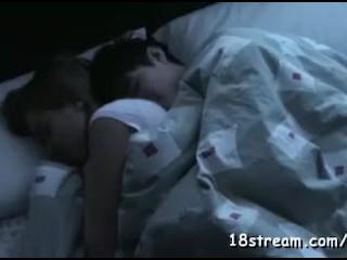 mladý párik si nakrúca večerný sex