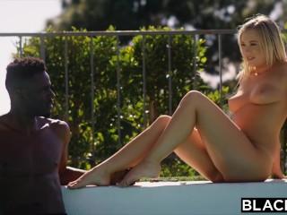 Krásna blondínka provokuje pri bazéne