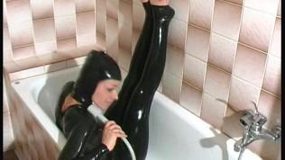Brusebad med latex dragt på