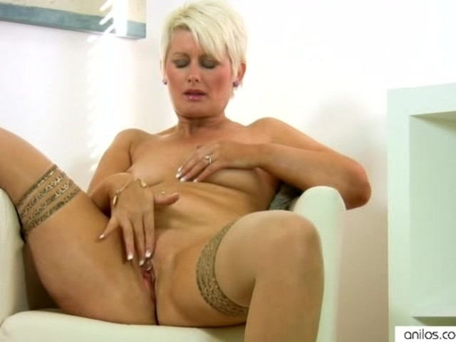 Uk milf sam loves dildoing her cunt