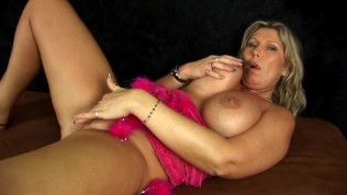 Busty MILF Gitte with gold dildo