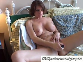Big tits MILF shaves her pretty pussy - 4