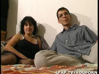 Libertine aux gros seins et en lingerie sodomisee par son mari