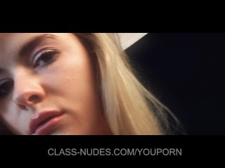 Hot blonde is posing her peachy pussy
