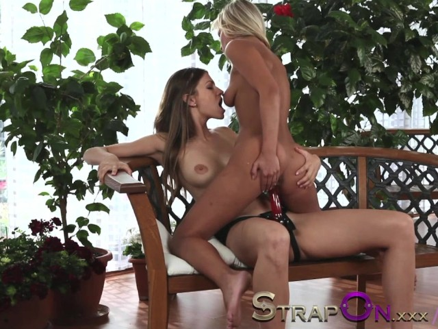 Hot lesbisk strapon sex