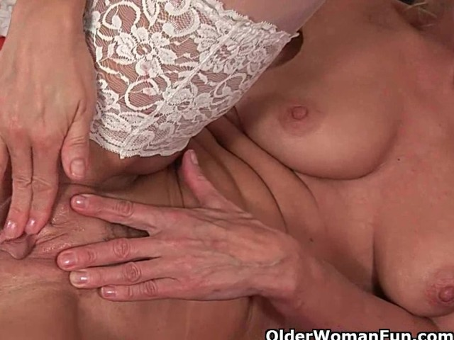 amateur horny mature works her pussy