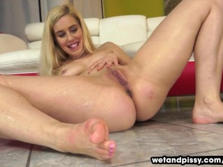 Sweltering blonde pees