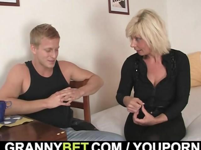 Короткий ролик с зрелой блондинкой