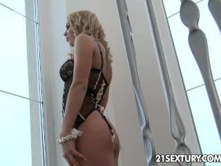 Sexy babe enjoys a spontaneous anal love