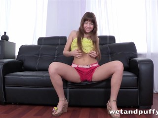 Hot babe makes herself cum while anal toying