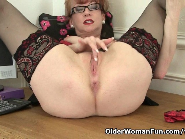 British Milf Red Works Her Sweet Matured Pussy - Free Porn -3016