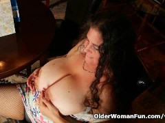 Picture Busty milf Denise Davies works her pussy in...