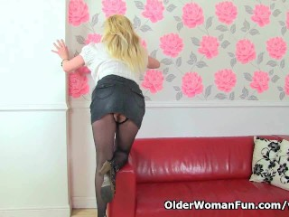 British milf Tori loves her easy accessible pantyhose