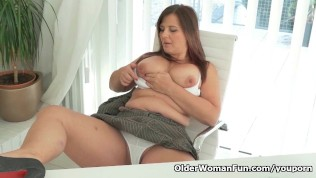 Well rounded milf Riona takes a masturbation break