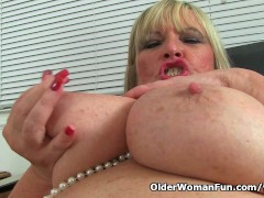 Picture English milf Alisha Rydes gives her cunt a t...