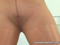 Picture English milf Sophia Delane rips open her tig...