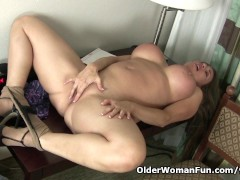 Picture American milf Sheila plays with nylon and hi...