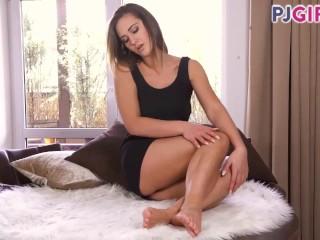 Naomi Benneta masturbating, showing her cervix and reaching real orgasm