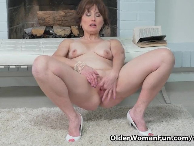 Euro Milf Alice Sharp Fingers And Slaps Her Old Cunt -5887