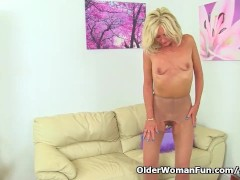 UK milf Ellen lets...