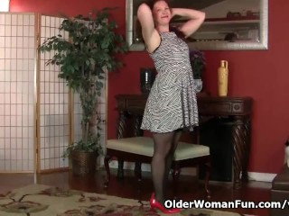 American milf Kimberlee fingers her ass and pussy
