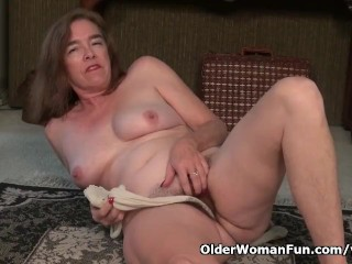 American gilf Melody Garner pleasures her hairy cunt