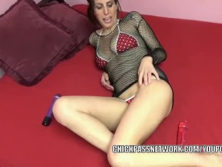 Busty MILF Lavender Rayne fucks her twat with two dildos