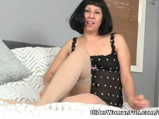 American milf Vivi has lots of fun with her hairy cunt