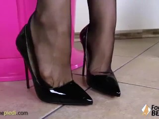 Barefoot redhead shows you her sexy toes