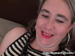 American gilf Kelli starts toying her hairy pussy