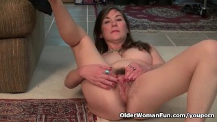 American milf Susana Moore lets us enjoy her hairy pussy