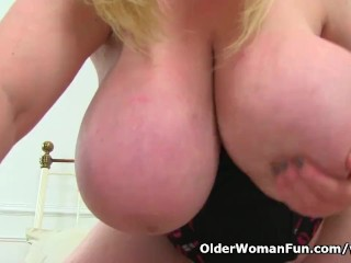 British BBW horny mommy Samantha Sanders wiggles her lovely titties