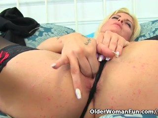Uk Milf Kelly Cummins Gives Her Shaven Fanny A Good Rubbing