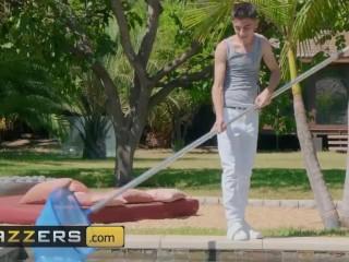 Brazzers - Slut milf Lisa Ann fucks her lil poolboy