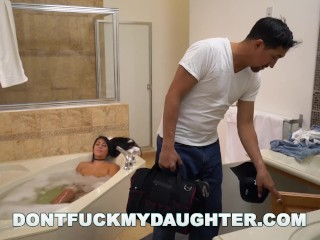 DON'T FUCK MY DAUGHTER – Teen Babe Lexy Bandera Gets Her Pipes Cleaned By Plumber