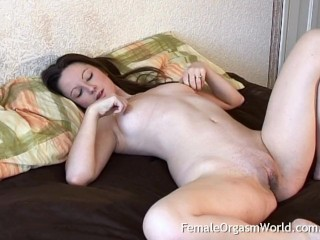 Sexy Babe With Big Labia Vibes Her Clit to a Strong Pussy Contracting Climax