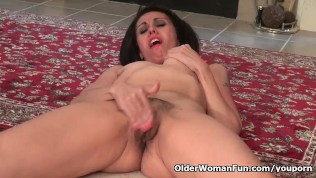 American milf Gypsy Vixen rubs her hairy muff furiously