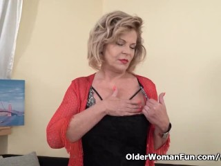 European gilf Ellis Shine fingers her old pussy